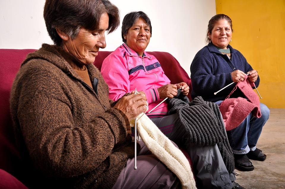 The knitting women of expand Peru
